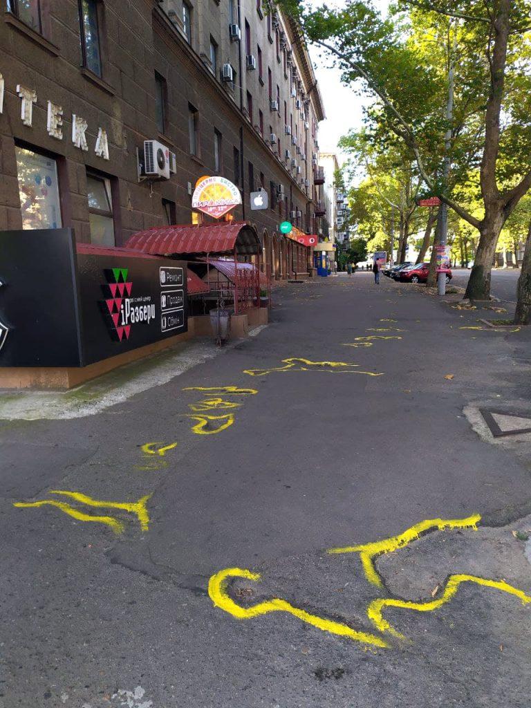 Если власти так не видят: в Николаеве обвели желтой краской ямы на тротуаре (ВИДЕО и ФОТО) 3