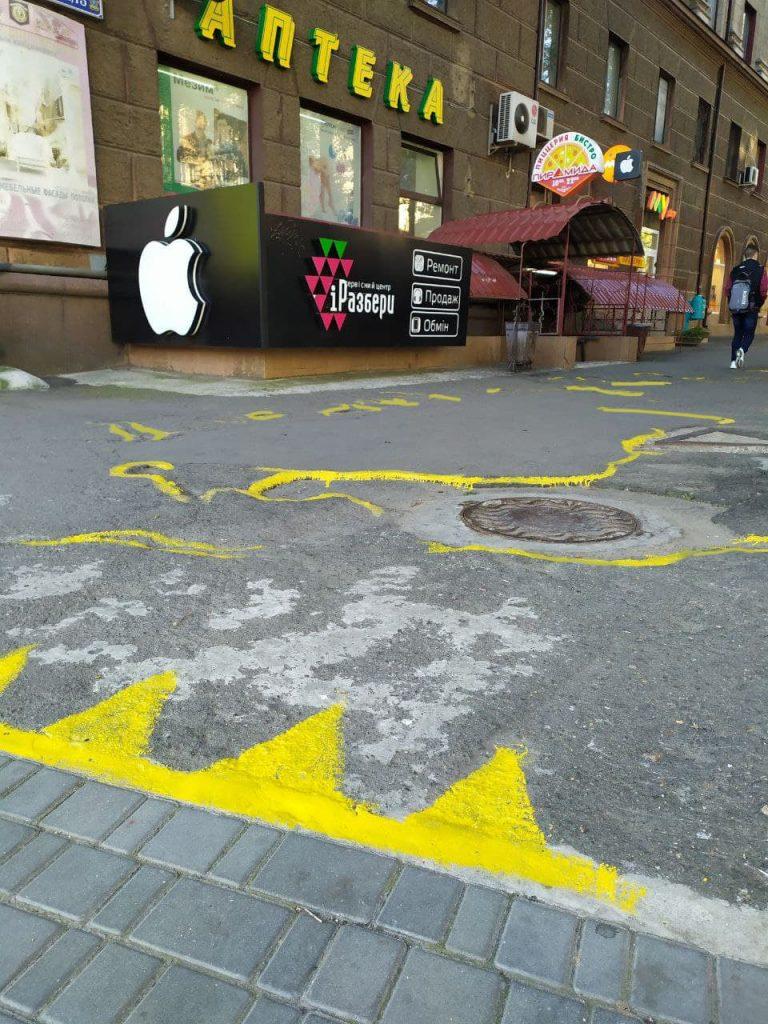 Если власти так не видят: в Николаеве обвели желтой краской ямы на тротуаре (ВИДЕО и ФОТО) 5