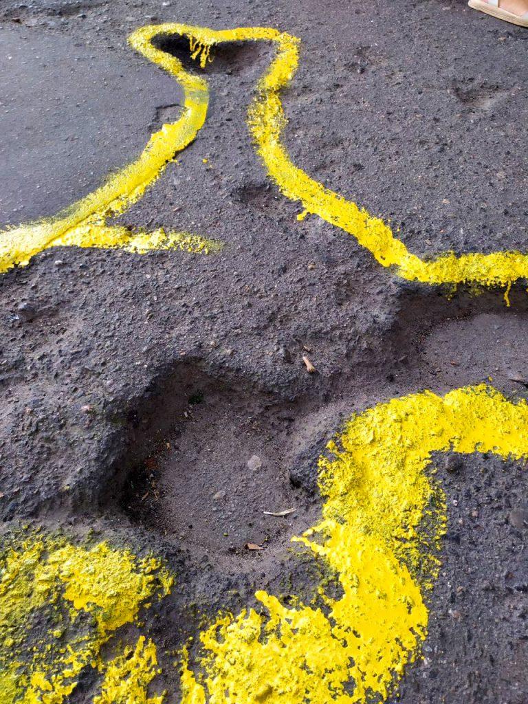 Если власти так не видят: в Николаеве обвели желтой краской ямы на тротуаре (ВИДЕО и ФОТО) 7