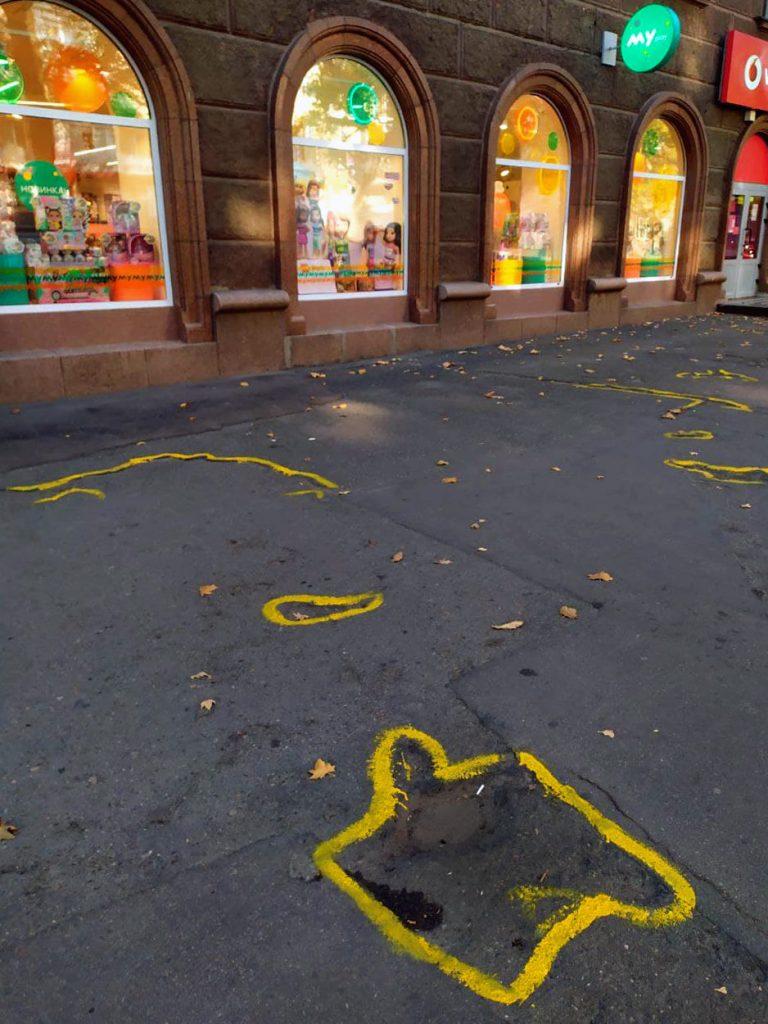 Если власти так не видят: в Николаеве обвели желтой краской ямы на тротуаре (ВИДЕО и ФОТО) 9