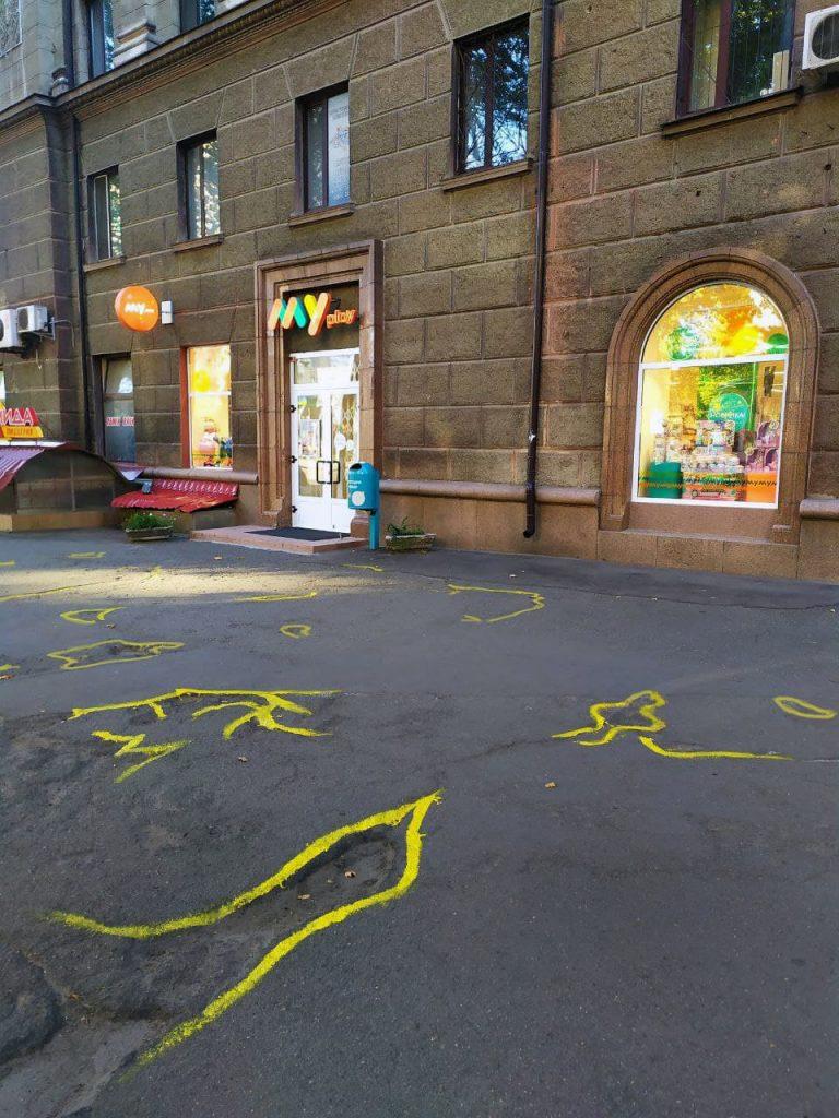 Если власти так не видят: в Николаеве обвели желтой краской ямы на тротуаре (ВИДЕО и ФОТО) 11