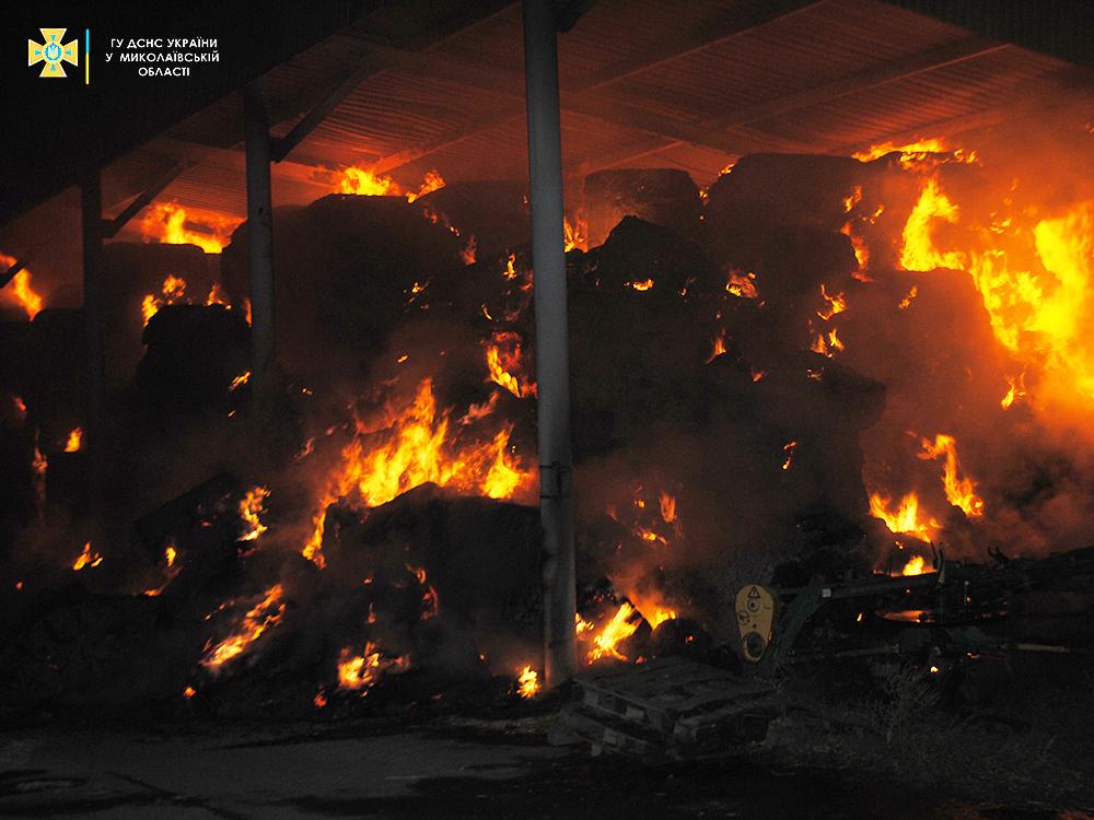 В Николаеве ночью был сильный пожар - горели тюки соломы (ФОТО) 3