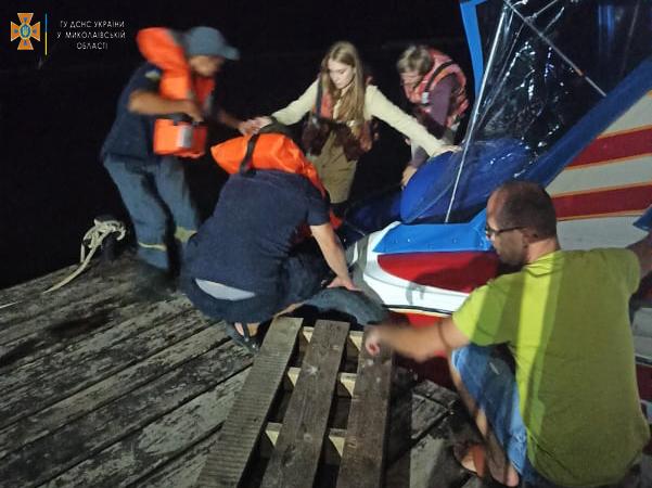 Спасатели Николаевщины экстренно доставили на «материк» с Кинбурна 31-летнего отдыхающего с отеком трахеи (ФОТО) 5
