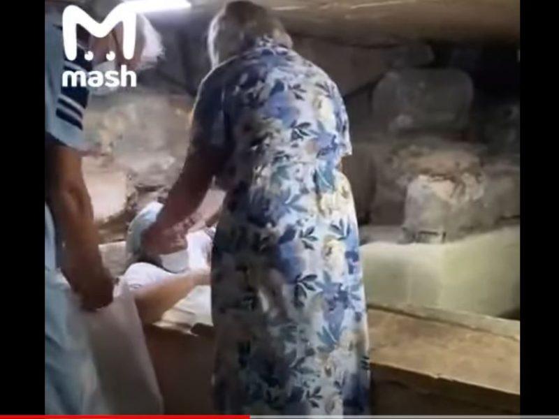 На Кипре туристка влезла в саркофаг с мощами святого и застряла (ВИДЕО)