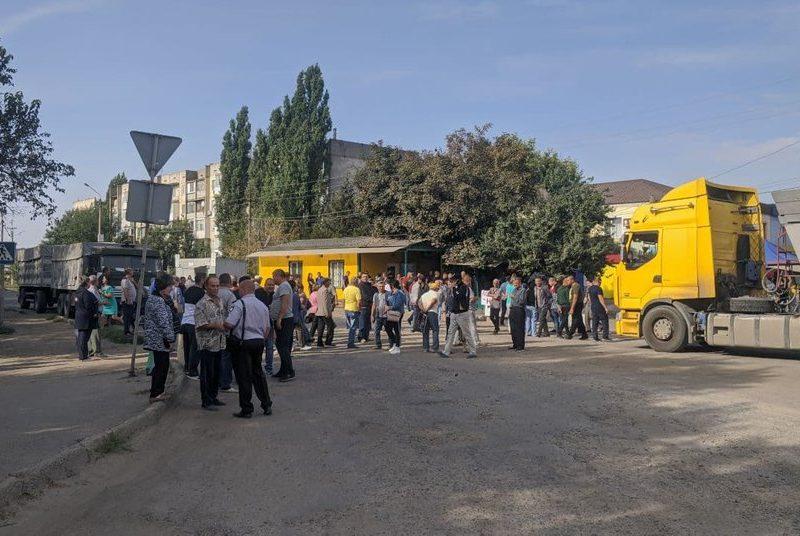 На Николаевщине жители поселка заблокировали трассу Р-55: требуют отремонтировать местные дороги (ВИДЕО)