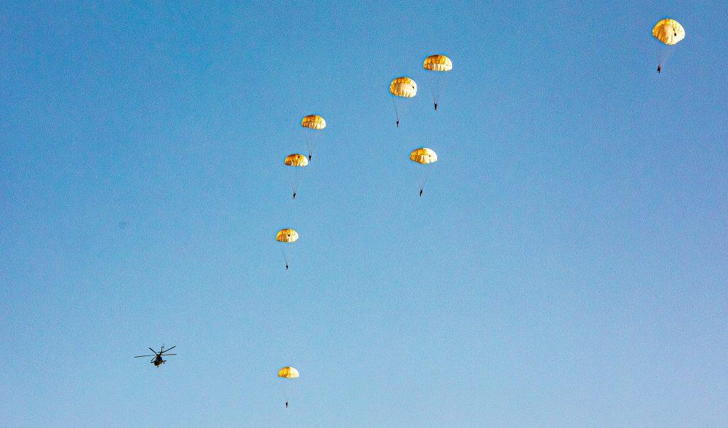 На Николаевщине морпехи выполнили программу прыжков с парашютом (ФОТО) 11