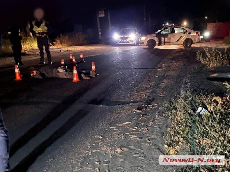 На окраине Николаева ночью автомобиль насмерть сбил пешехода и скрылся
