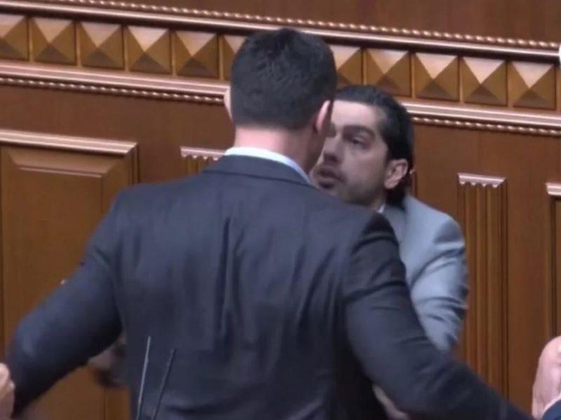 В Раде опять потасовка. Тищенко попытался вытолкать Лероса с трибуны — он обидел Ермака и Зеленского (ВИДЕО)