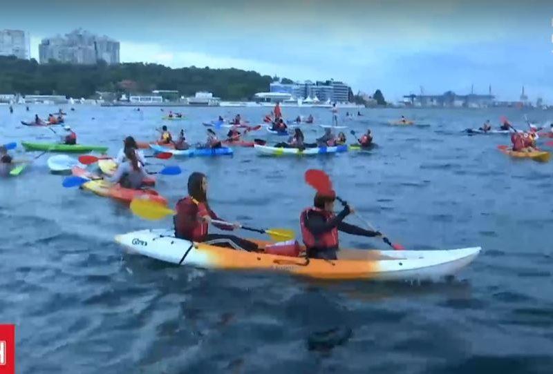 Признание в любви. Более 400 одесситов вышли в море, чтобы встретить рассвет (ВИДЕО)