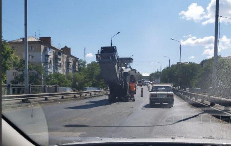 Без объявления «войны». Варваровский мост встал, начался ремонт покрытия (ФОТО)