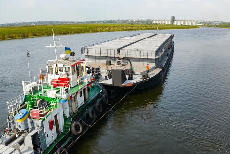 Еще одна николаевская компания начала перевозить зерно баржами по Южному Бугу