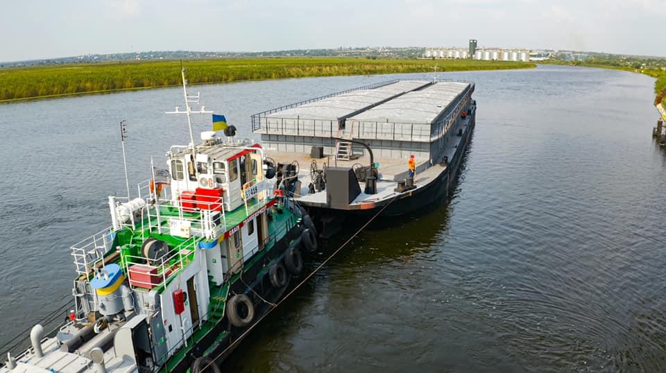 Еще одна николаевская компания начала перевозить зерно баржами по Южному Бугу 15