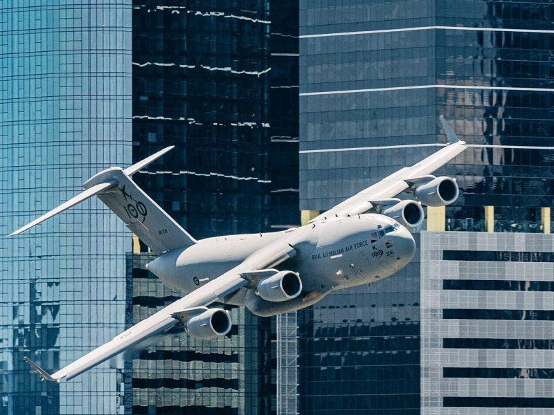 Военный транспортник, пролетевший между небоскребами в Австралии, напугал туристов. Особенно из США (ВИДЕО)