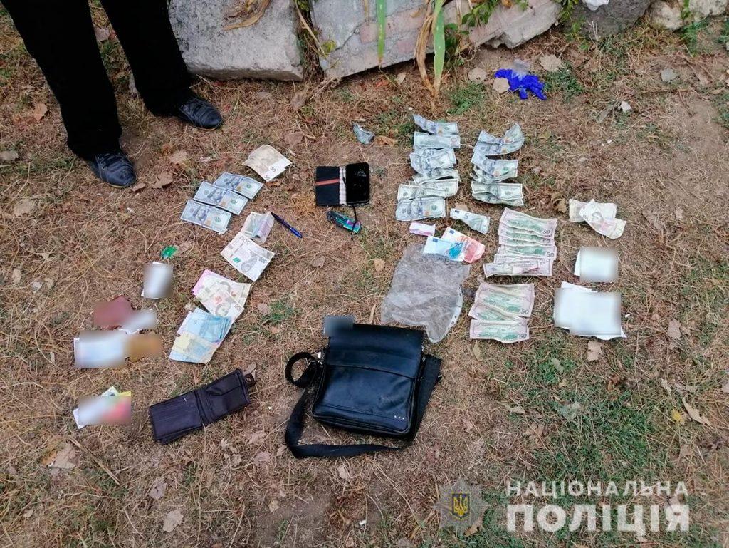 В Николаеве аферисты выманили у старушки все, что у нее было, - $1,9 тыс. Их задержали (ФОТО, ВИДЕО) 11