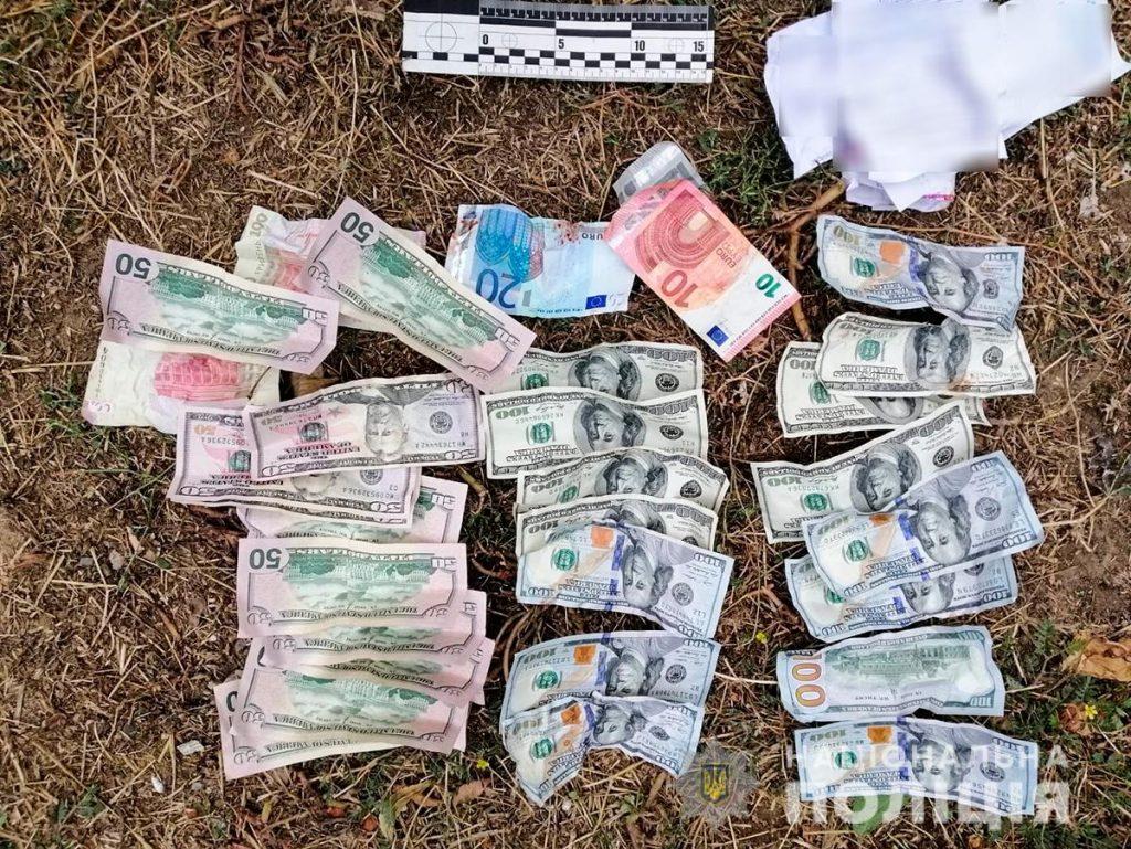 В Николаеве аферисты выманили у старушки все, что у нее было, - $1,9 тыс. Их задержали (ФОТО, ВИДЕО) 9