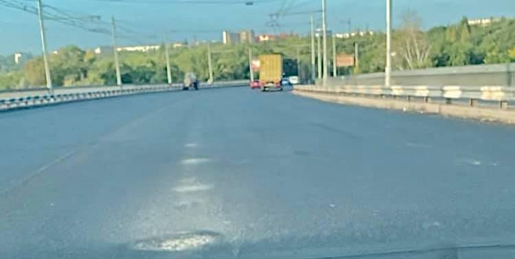 На отремонтированном Ингульском мосту уже появились ямы (ФОТО)