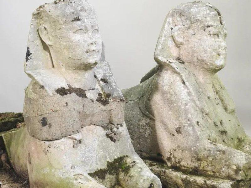 Английская семья продала с аукциона за 195 тыс. фунтов стерлингов две статуи древнеегипетских сфинксов, которые 15 лет простояли в ее саду (ФОТО)