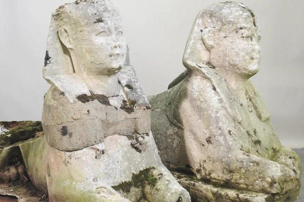 Английская семья продала с аукциона за 195 тыс. фунтов стерлингов две статуи древнеегипетских сфинксов, которые 15 лет простояли в ее саду (ФОТО) 5