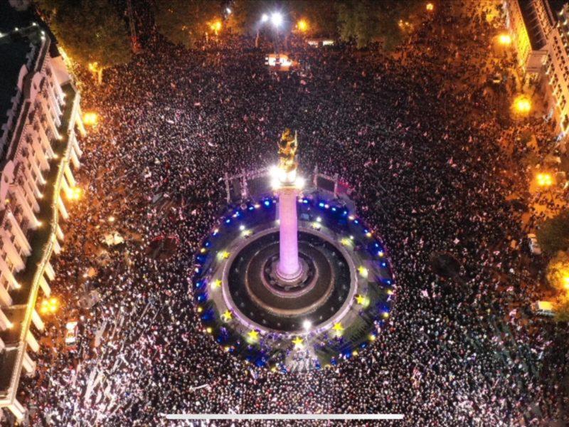 В Тбилиси освобождения Саакашвили требуют 50 тысяч человек (ВИДЕО)