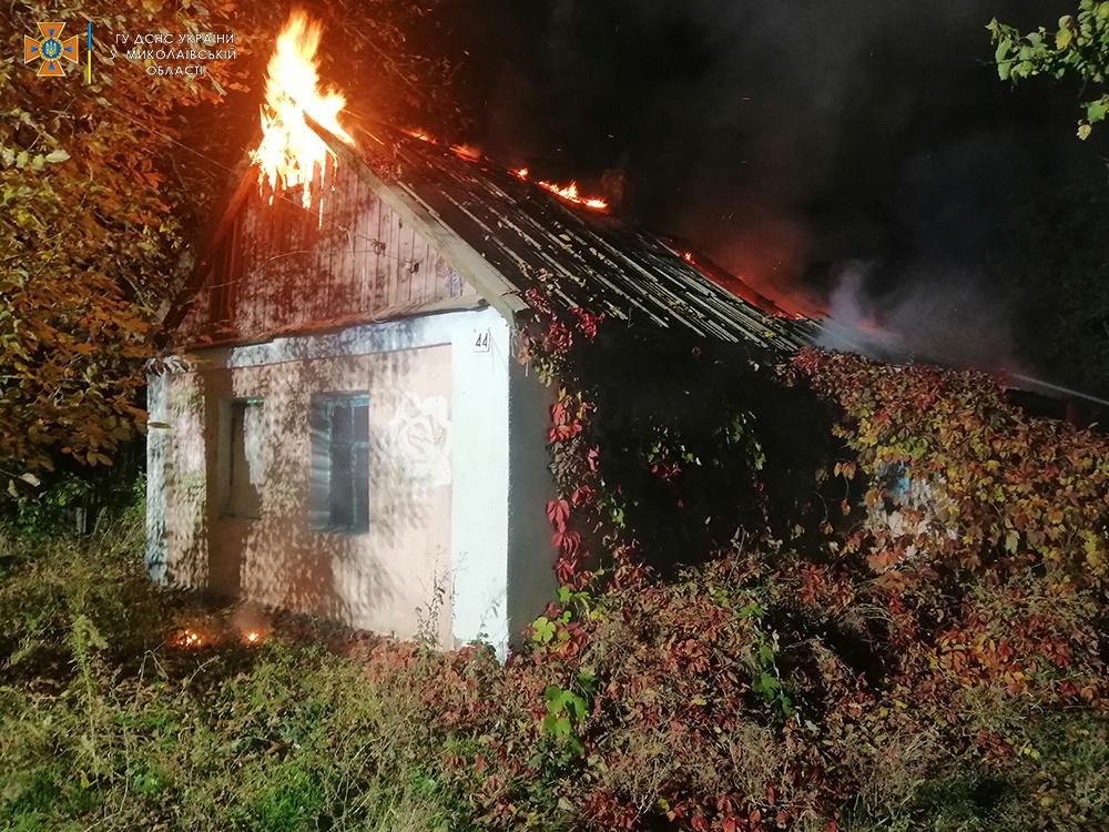 В Лоцкино ночью горел жилой дом (ФОТО) 1