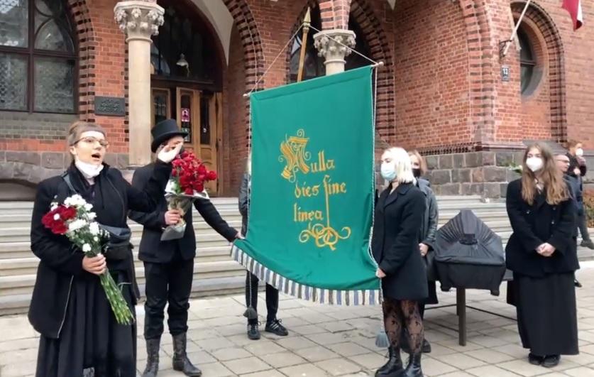 В Латвии провели похороны свободы латвийского искусства (ВИДЕО) 9