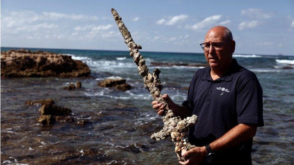 У берегов Израиля водолаз-любитель нашел 900-летний меч крестоносца (ВИДЕО) 6