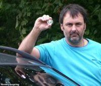 В Британии мужчина, который расплатился за бензин памятной монетой, получил 5000 фунтов стерлингов компенсации (ФОТО)