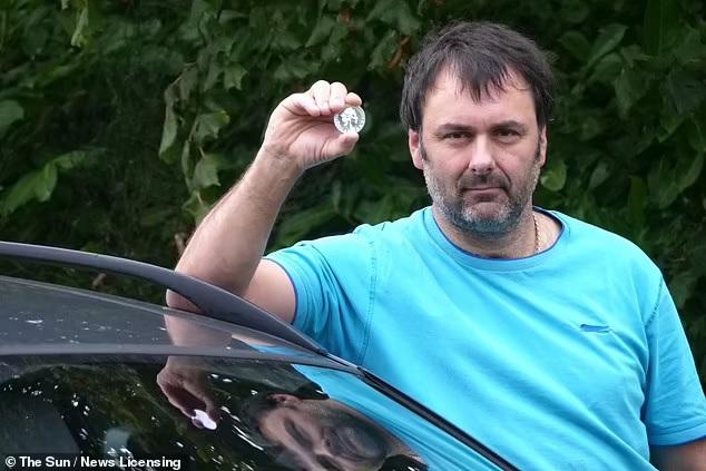 В Британии мужчина, который расплатился за бензин памятной монетой, получил 5000 фунтов стерлингов компенсации (ФОТО) 3