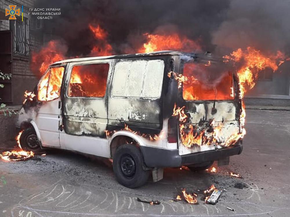 В Николаеве сгорел Fort Transit, припаркованный у многоэтажки (ФОТО) 5