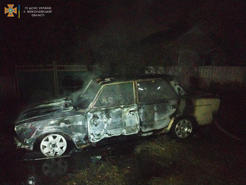 На Николаевщине во дворе дома сгорел ВАЗ (ФОТО) 5