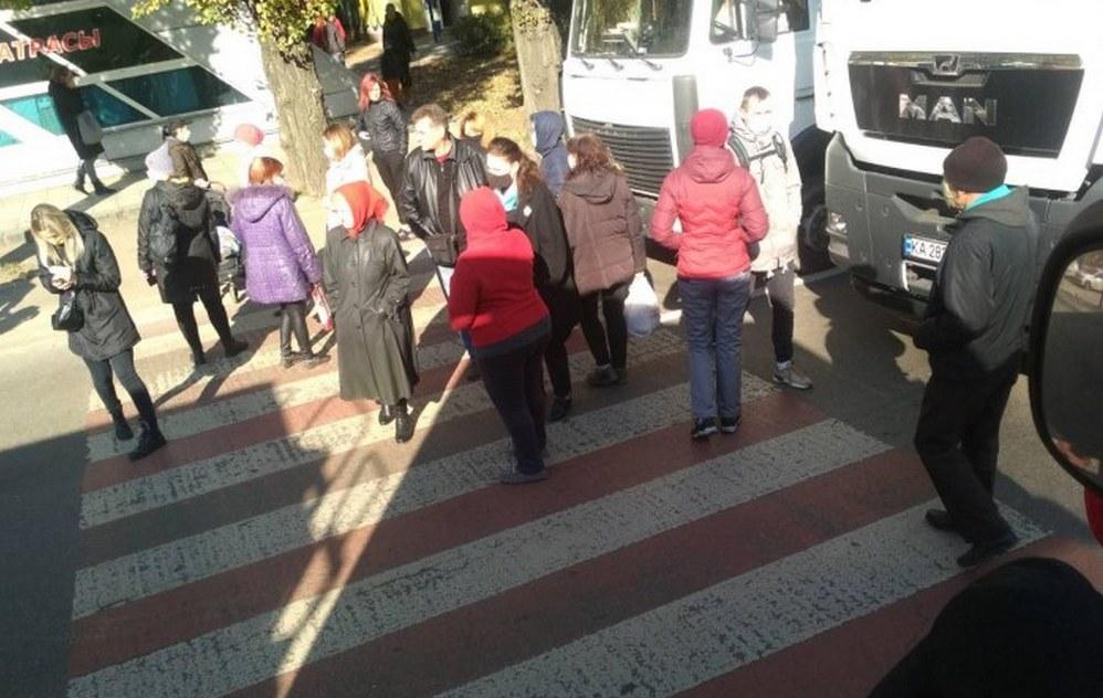 """В Николаеве жильцы многоэтажки, где 2 недели отключен газ, перекрыли улицу - газовщики говорят, что работают """"максимально быстро"""" 9"""