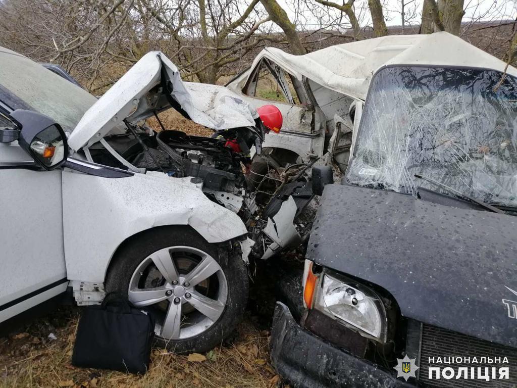 На Николаевщине из-за столкновения внедорожника и микроавтобуса пострадали три человека 5