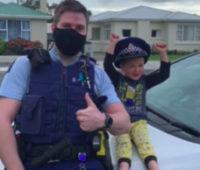В Новой Зеландии ребенок вызвал полицию, чтобы показать свои игрушки