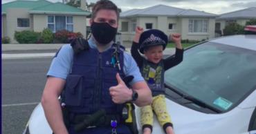 В Новой Зеландии ребенок вызвал полицию, чтобы показать свои игрушки 15