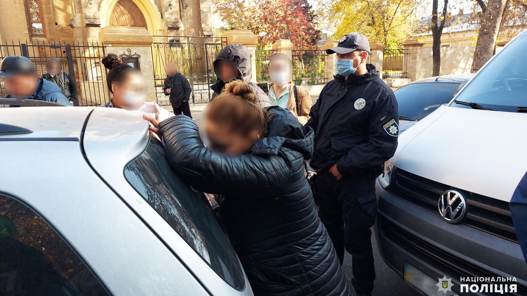 В Николаеве по подозрению в краже 8 тыс. гривен у 80-летней пенсионерки оперативники задержали женскую банду (ФОТО) 1