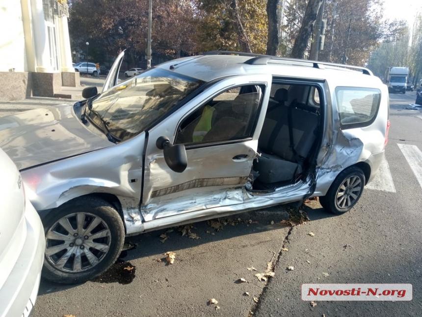 В тройном ДТП в центре Николаева пострадали два человека 3