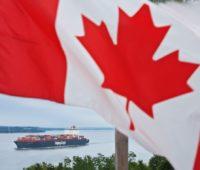 Беда. У берегов Канады горит судно с химикатами и надвигается шторм (ВИДЕО)