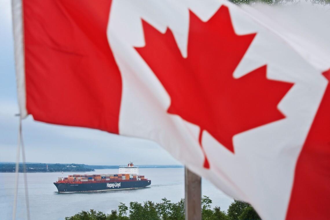 Беда. У берегов Канады горит судно с химикатами и надвигается шторм (ВИДЕО) 3