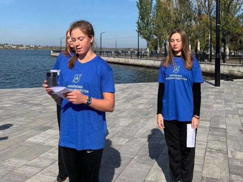 В Николаеве студенты УАЛ вспомнили имена всех погибших героев российско-украинской войны (ФОТО)